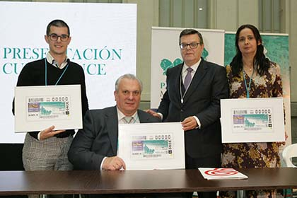Foto de familia de la presentación del cupón dedicado a las jornadas sobre paraplejia y lesión medular