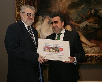 Miguel Falomir (izquierda) y Miguel arballeda, posan con uno d elos cupones de la serie dedicada al Bicentenario del Museo del Prado