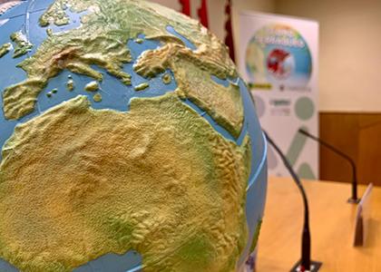 Primer plano de los detalles del globo terráqueo accesible