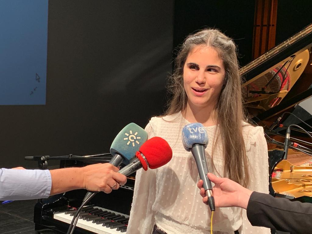 Laura atendiendo a medios de comunicación tras la presentación de su canción