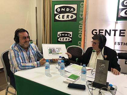 Miguel Carballeda entrega a Esther Eiros una copia enmarcada del cupón dedicado al 30 aniversario de Gente Viajera