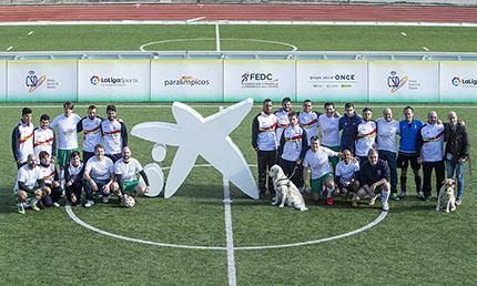 Foto de grupo empleados Caixabank y futbolistas ciegos
