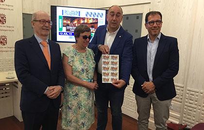 Foto de familia de la presentación del cupón del 13 de julio dedicado al Concierto de las Velas de Pedraza