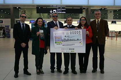 Foto de familia de la presentación del cupón de la ONCE dedicado al Aeropuerto de Murcia
