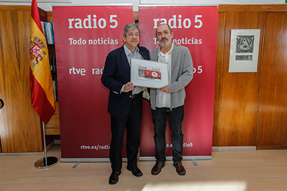 Antonio Mayor Villa entrega a Fernando Martín una copia enmarcada del cupón