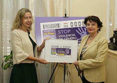 Patricia Sanz y Soledad Murillo posan junto al cupón contra la violencia de género