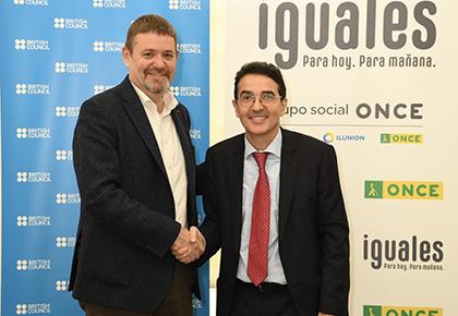 El director del British Council y Andrés Ramos estrechan su mano tras la firma del convenio