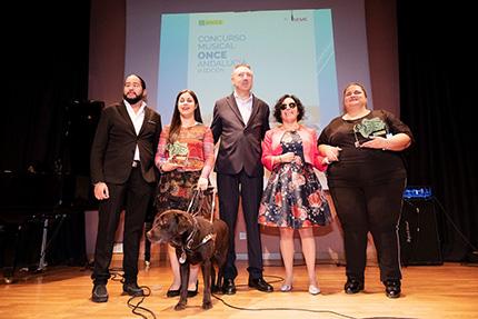 Foto familia ganadores del Concurso