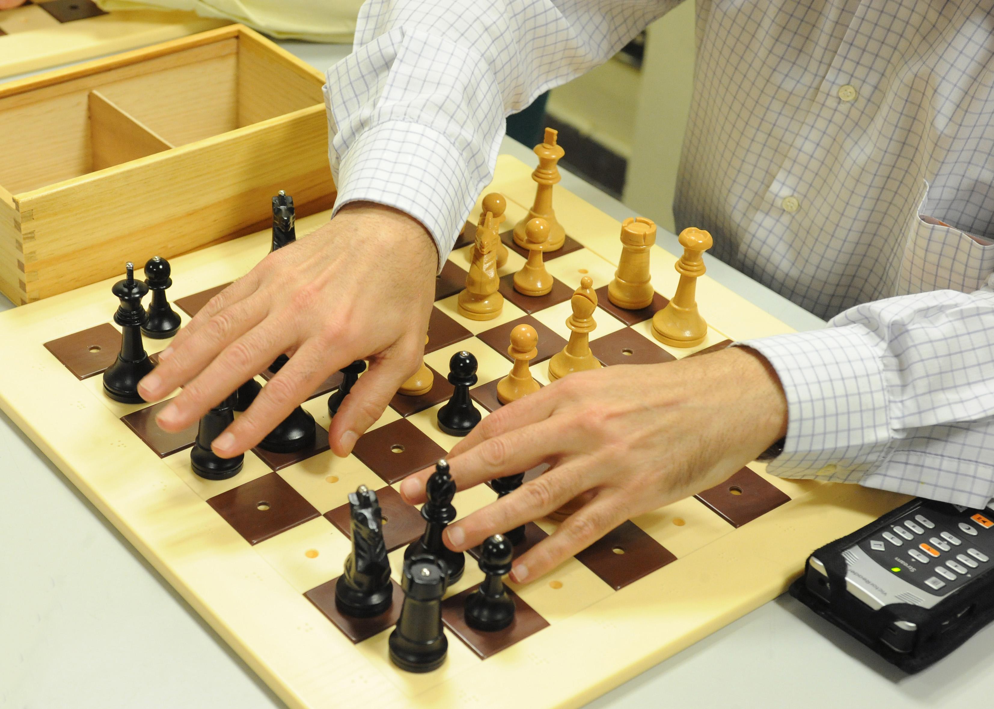 Tablero de ajedrez adaptado para personas ciegas