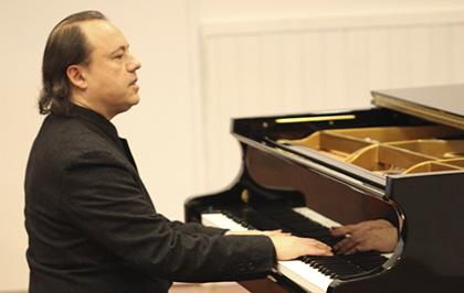 Raúl Thais al piano