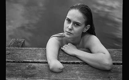 Foto ganadora del primer premio del concurso, retrata a una nadadora con discapacidad física
