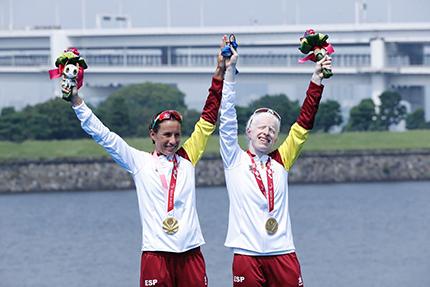 Susana Rodríguez y Sara Loehr en el podium con la medalla de oro