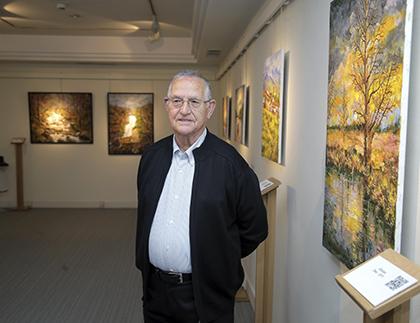 Mariano Herrero posa junto al cuadro que ha donado al Museo Tiflológico