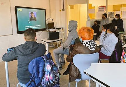 Estudiantes viendo uno de los videos propuestos por el 37 Concurso Escolar del Grupo Social ONCE