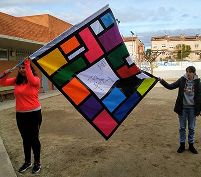 Estudiantes portando una de las banderas presentadas al concurso