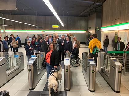 Una afiliada de la ONCE y su perro guía en los tornos de acceso al Metro de Málaga