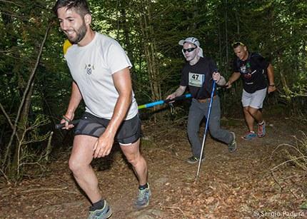 Montañero ciego junto a sus guías en competición