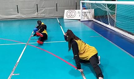 Escolares practicando goalball