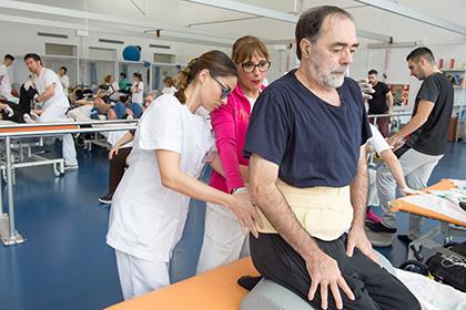 Una de las alumnas de la Escuela de Fisioterapia trata a uno de los pacientes del Hospital