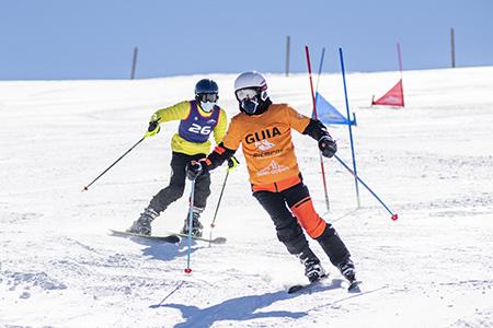 Esquiador ciego junto a su guía