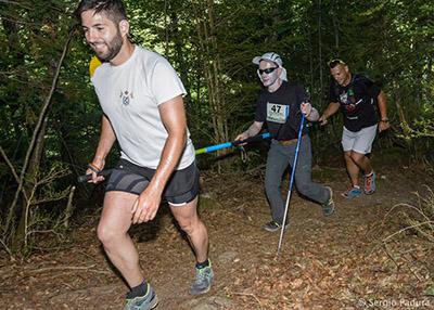 Montañero ciegos junto a sus guías en una carrera por montaña de la Federación