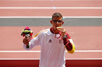 Yassine Ouhdadi en el podio con la medalla de oro