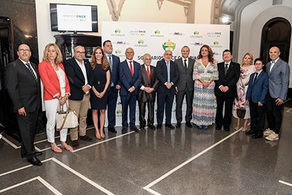 Los galardonados con los Solidarios ONCE Canarias 2019, junto a responsables de la ONCE y autoridades locales