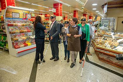 Participantes en la compra a ciegas, en un supermercado de Toledo que cuenta con asistentes para personas ciegas