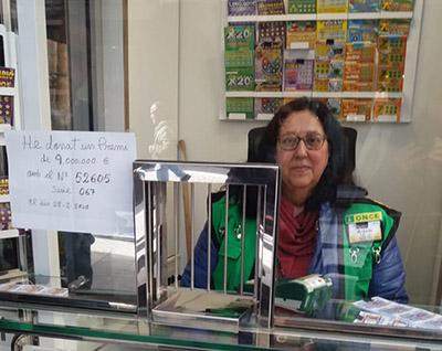 Margarita Puig en su quiosco de la ONCE en Olot