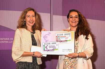 Patricia Sanz y Noelia Vera, con una lámina enmarcada que contiene los dos cupones presentados hoy