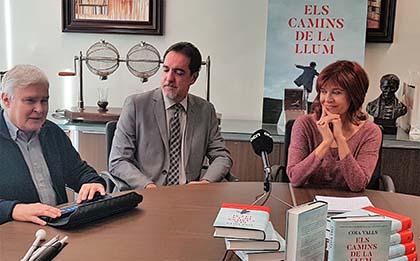 Foto de familia de la presentación del libro Los caminos de la luz