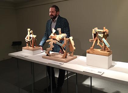 Raúl Bravo, ante varias de las esculturas que expone en el Museo Tiflológico de la ONCE