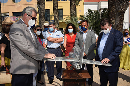 El delegado territorial de la ONCE en la Región de Murcia (izquierda) y el director general de la ONCE tocan una de las maquetas