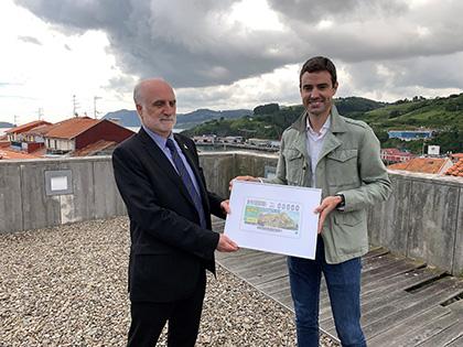 Juan Carlos Andueza entrega una copia enmarcada del cupón a Aritz Abaroa