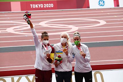 Sara Martínez con su medalla de plata en el podium de los Juegos Paralímpicos de Tokio 2020