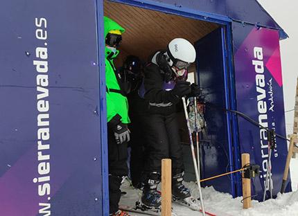 Esquiador ciego en portón de salida