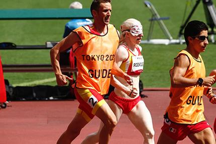 Susana Rodríguez y su guía, Celso Comesaña, en la final de los 1.500 metros