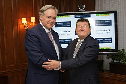 Adrián García y Ángel Sánchez estrechan sus manos tras la firma del convenio