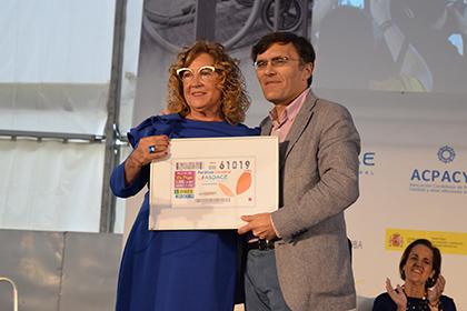 Manuela Antonia Muro y Alberto Durán con una lámina enmarcada del cupón
