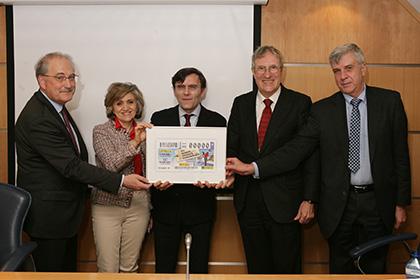 La ministra María Luisa Carcedo y Alberto Durán, en el centro de la imagen, con una copia del cupón del Día de los Derechos de los Consumidores