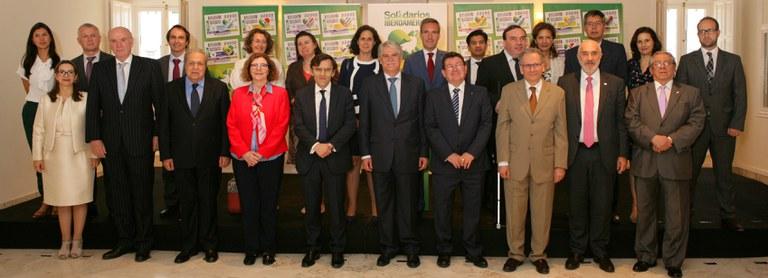 Embajadores iberoamericanos, junto al ministro de Exteriores de España, Alfonso Dastis y responsables de la ONCE en el acto de presentación del Proyecto Solidarios con Iberoamérica