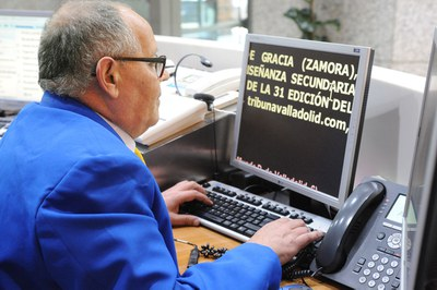 Una persona con discapacidad visual utiliza el magnificador de letra en el ordenador