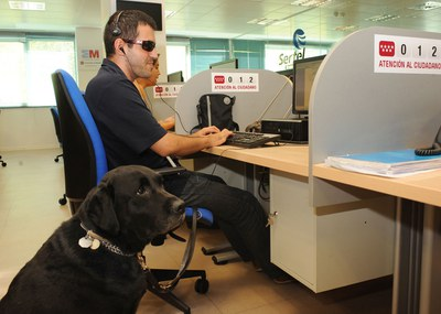 Una hombre ciego trabajando en un call center