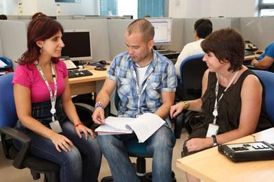 Una persona ofrece asesoramiento laboral a una candidata con discapacidad visual