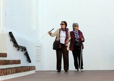 Dos mujeres ciegas pasean con ayuda de sus bastones