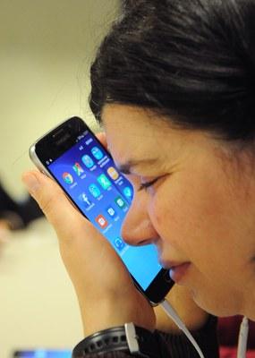 Una usuaria ciega utilizando un móvil