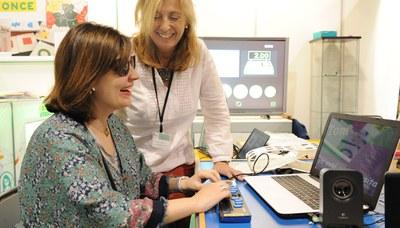 Una usuaria ciega utilizando una línea braille en el ordenador