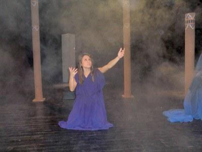 Actriz durante un momento de la representación