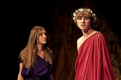 Fotografía de dos actores de Tiflonuba en un momento de la representación de la obra Antígona