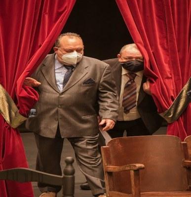 Dos actores en una escena de La hora Lorca
